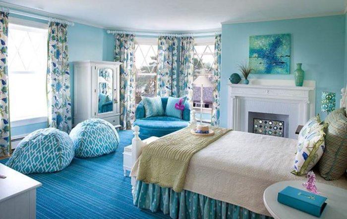 غرفة نوم رائعة وشيك وتتكون من سرير وكرسي كبير باللون التركواز وستائر شيفون مشجرة تعطي منظر رائع
