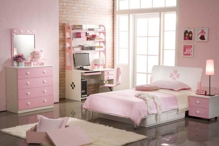 غرفة نوم راقية جداً وهادئة وتتميز بلونها الروز وتتكون من سرير وكمودينو وتسريحة ومكتب صغير