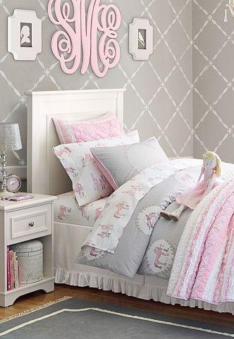 غرفة نوم رقيقة وهادئة تعتمد فى تصميمها على هذا اللون الرمادي الهادئ المتناسق مع مفروشات الغرفة