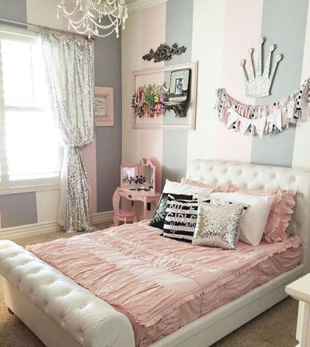غرفة نوم روعة وشيك تتكون من سرير بتصميم جديد ورائع مع ستارة حلوة جداً ونجفة كريستال