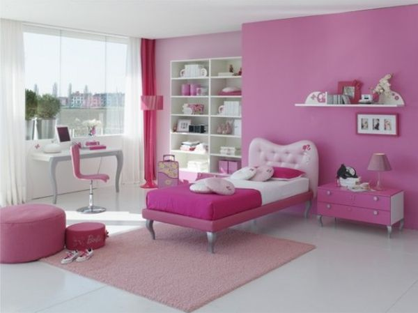 غرفة نوم شيك ورقيقة وتتكون من سرير على شكل قلب ومكتب صغير وكمودينو حلو جداً
