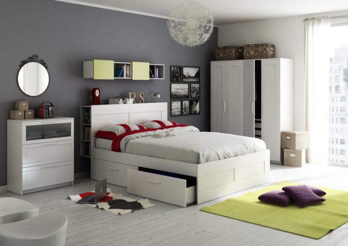 غرفة نوم كاملة باللون الابيض تحتوي على دولاب وسرير بخزنة وبوفيه صغير وتحتوي على نجفة مودرن جديدة