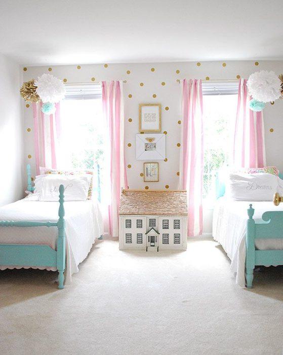 غرفة نوم مزدوجة بسريرين هادئة