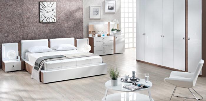 غرفة نوم مودرن أنيقة تعتمد فى جمالها على اللون الابيض الهادئ والرقيق