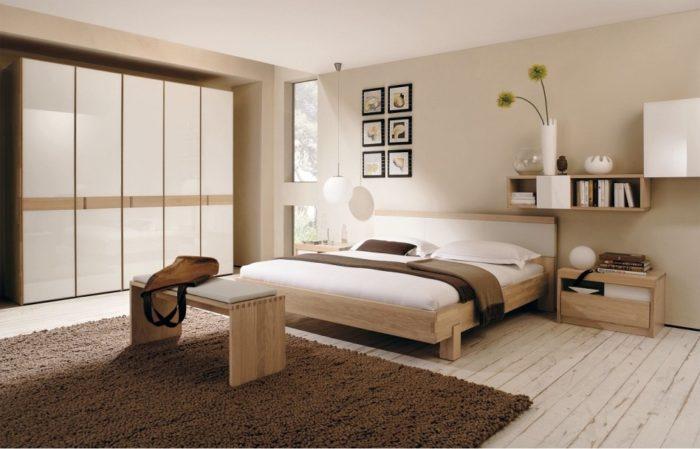 غرفة نوم مودرن باللون الخشبي والابيض مع سجادة بنية اللون حلوة جداً