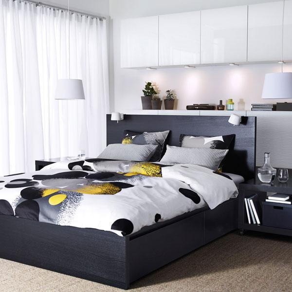 غرفة نوم مودرن جديدة بتصميم رائع والستارة البيضاء تعطي شعور بالراحة والهدوء
