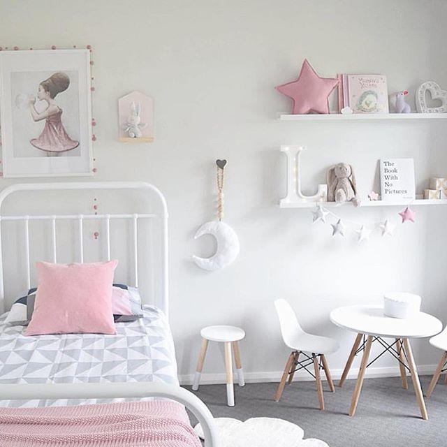 غرفة نوم ناعمة ورقيقة تتكون من سفرة صغيرة مع أرفف شيك جداً وسرير من الاستيل الرفيع
