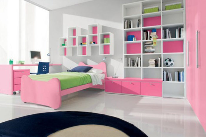 غرفة نوم هادئة مكونة من سرير ومكتب حلو جداً ومكتبة كبيرة باللون الابيض والبينك