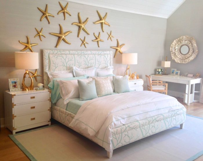 غرفة نوم تتكون من سرير و 2 كمودينو باللون الابيض مع نجوم ثري دي باللون الدهبي على الحائط تعطي منظرحلو جداً
