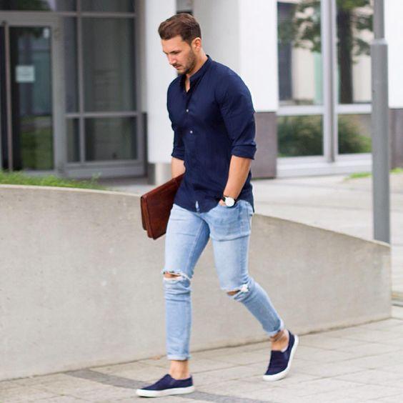 قميص طويل الاكمام باللون الكحلي مع بنطلون جينز فاتح مع حذاء كحلي عملي جداً وشيك