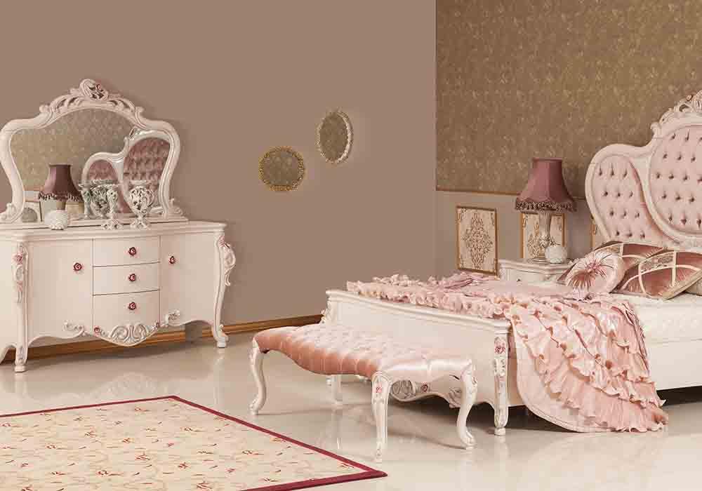 لمسة عصرية جميلة تتمتع بها هذه الغرفة حيث تحتوي على سرير كلاسيكي مبطن مع تسريحة رائعة