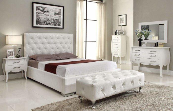 هذه الغرفة من الغرف الجميلة حقاً حيث تحتوي على سرير مودرن جديد وتسريجة قمة فى الجمال