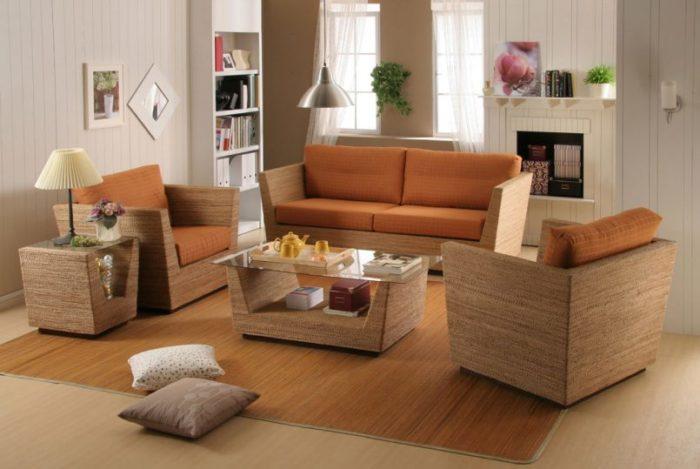 غرفة معيشة خشبية مودرن مكونة من كنبة و2 كرسي وترابيزة زجاجية وطاولة لوضع الاشياء