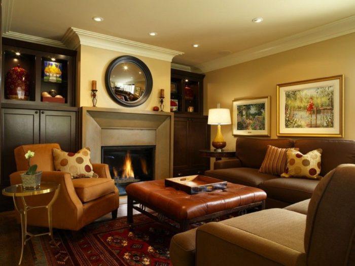 غرفة معيشة رائعة وهادئة وأضاءة السقف تعطي للمكان منظر رائع