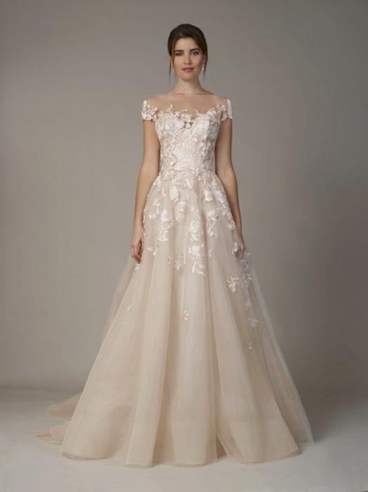 تم تصميم هذا الفستان بارقي التطريزات الجميلة