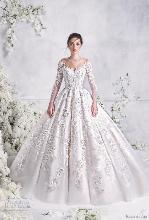 تم تصميم هذا الفستان على الاكمام الطويلة المطرزة مع الدانتيل بطريقة جاذبة تمنحه أطلالة مليئة بالاناقة