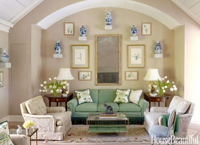 غرفة جلوس أخر شياكة مكونة من كنبة خضراء و2 كرسي باللون البيج مشجر بورد أبيض وترابيزة رائعة