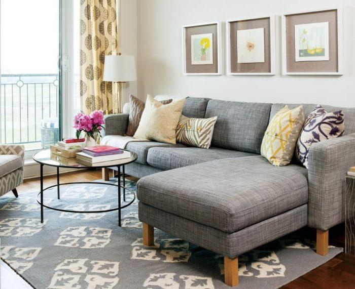غرفة جلوس جديدة 2018 باللون الرمادي ومقعد منقوش مع ترابيزة دائرية جميلة جداً