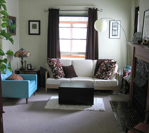 غرفة جلوس رائعة وبسيطة مكونة كنبة صغيرة وكرسي باللون اللبني