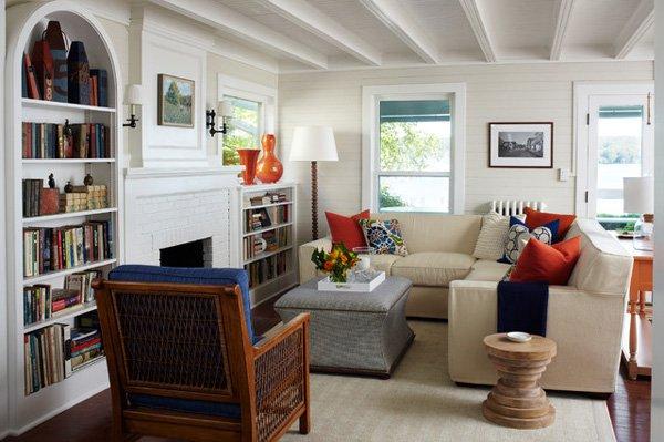 غرفة جلوس صغيرة الحجم مكونة من ركنة باللون البيج و مقعد من الخشب وترابيزة لوضع الاشياء