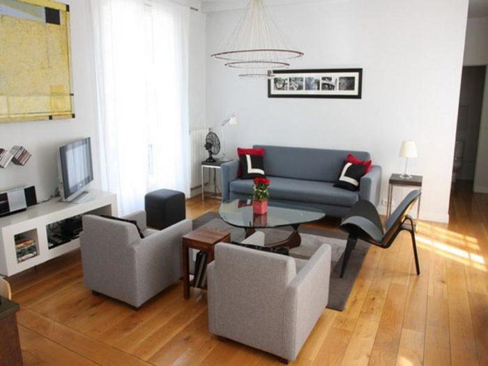 غرفة جلوس صغيرة بتصميم بسيط وجميل جداً