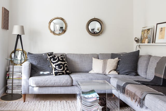 غرفة معيشة بتصميم مودرن جديد باللون الرمادي