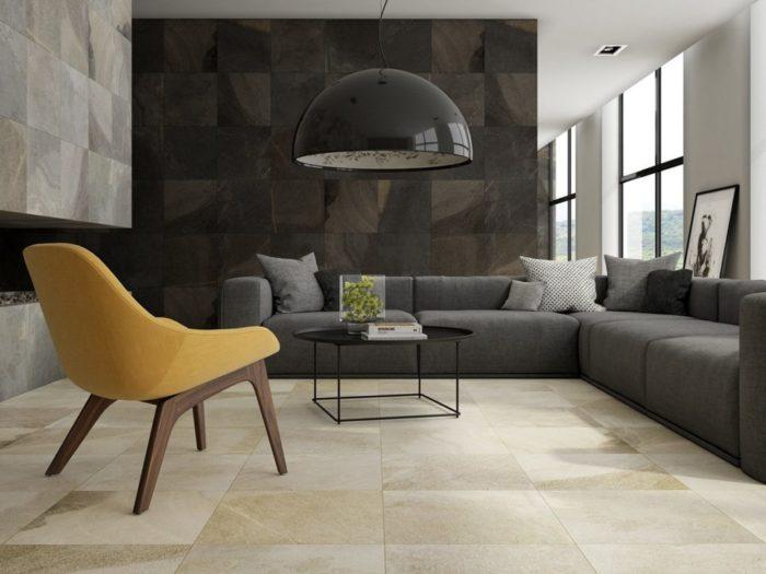 غرفة معيشة رائعة وشيك مكونة من ركنة بتصميم بسيط وكرسي وترابيزة