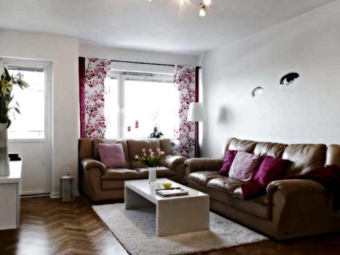 غرفة معيشة روعة مكونة 2 كنبة باللون الجملي من الجلد وترابيزة بيضاء وسجادة شاج بيضاء رائعة