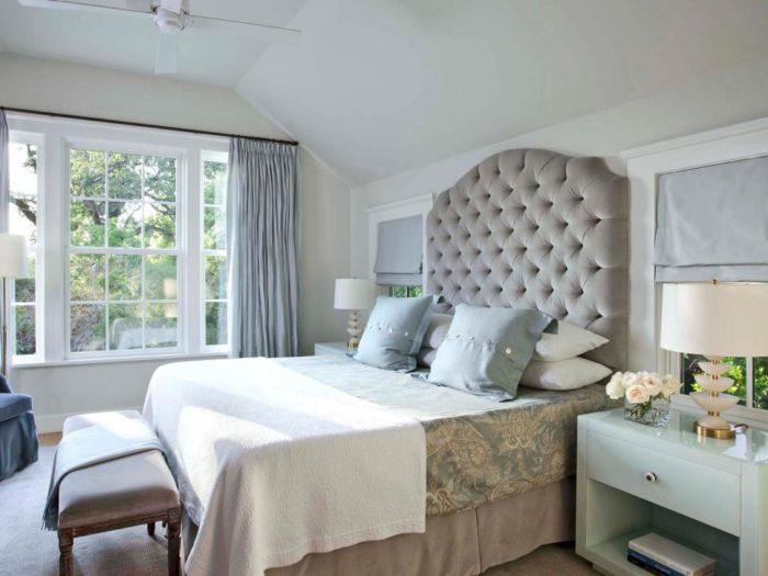 غرفة نوم بتصميم رائع مكونة من سرير رمادي بتصميم تنجيد و2 كمودينو بتصميم شيك جداً