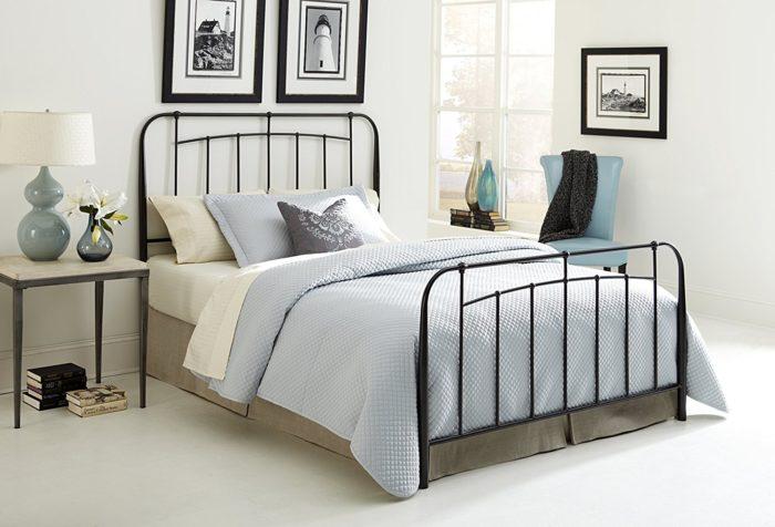 غرفة نوم بتصميم رائع وشيك مكونة من سرير مصنوع من الحديد