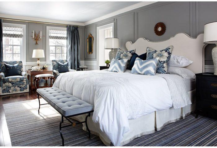 غرفة نوم بيضاء روعة مكونة من سرير و 2كمودينو و2 كرسي منقوش ورود