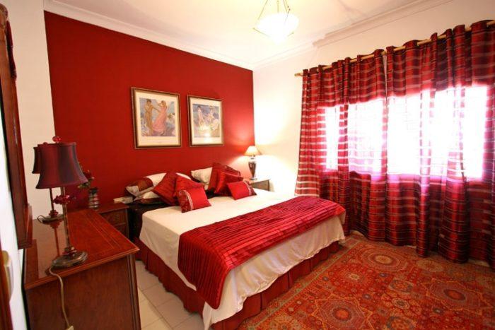 غرفة نوم حمراء بتصميم بسيط