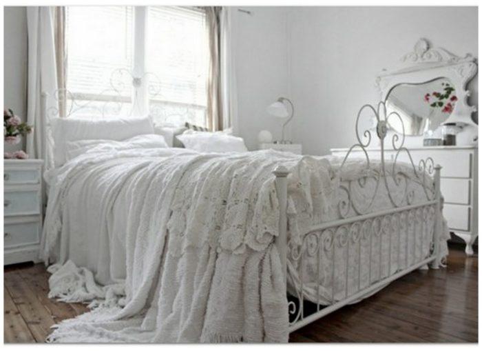 غرفة نوم فى منتهى الجمال مكونة من سرير باللون الابيض مصنوع م الحديد وتسريحة و2 كمودينو