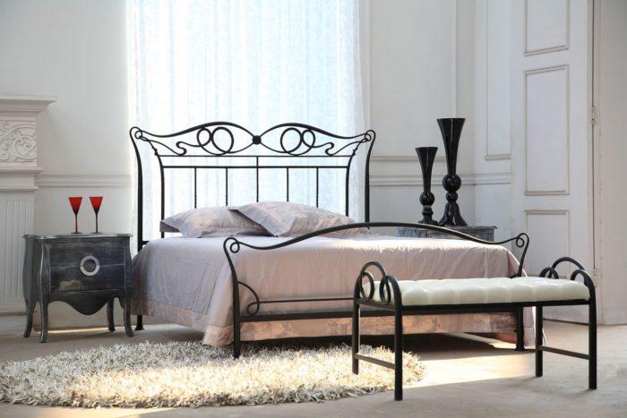 غرفة نوم قمة فى الجمال مكونة من سرير حديد بتصميم رائع وجميل