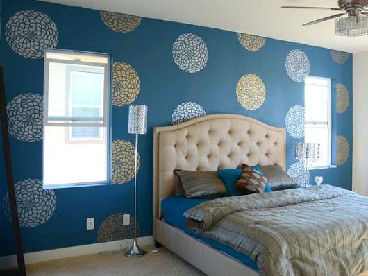 غرفة نوم مدهونة باللون اللبني ورسومات دائرية
