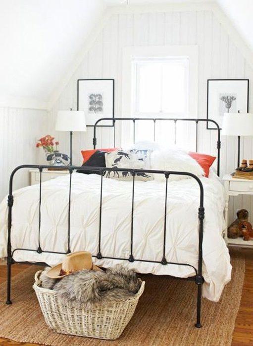 غرفة نوم مكونة من سرير أسود مصنوع من الحديد و2 كمودينو باللون الابيض