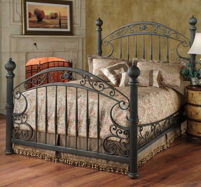 غرفة نوم مكونة من سرير حديد بتصميم كلاسيكي رائع