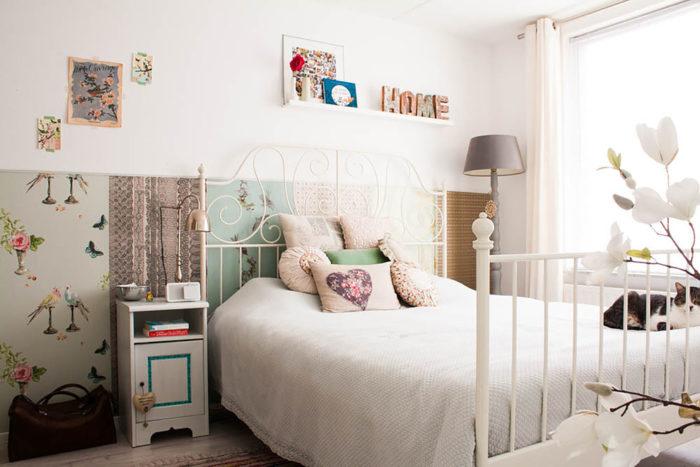 غرفة نوم مكونة من سرير مصنوعة من الحديد باللون الابيض
