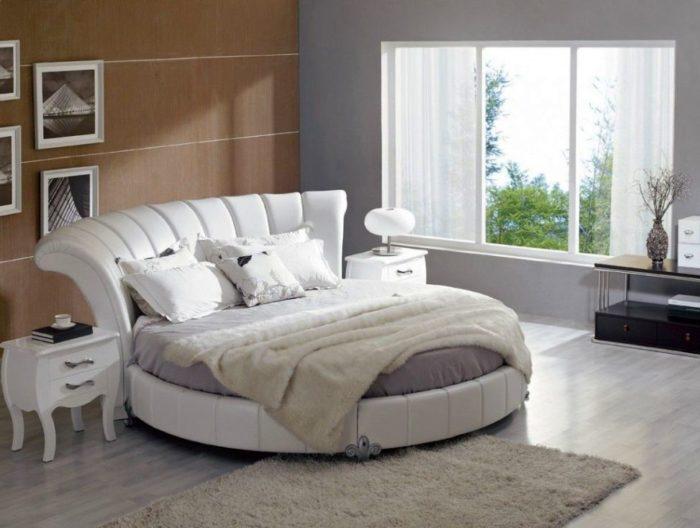 غرفة نوم مودرن باللون الابيض مكونة من سرير أبيض و 2كمودينو