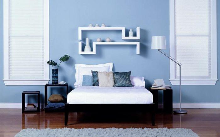 غرفة نوم ناعمة وجميلة باللون اللبني