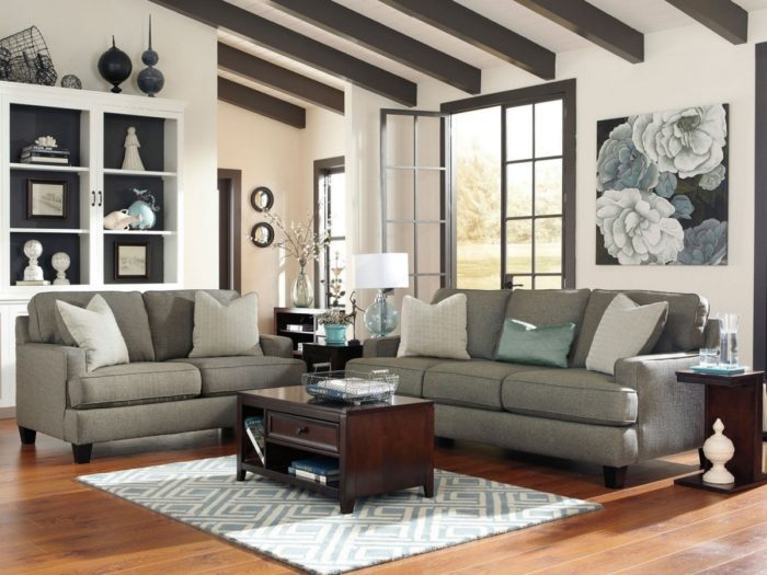غرفى جلوس بتصميم رائع وهادئ مكونة من 2 كنبة رمادية اللون مع ترابيزة حلوة جداً