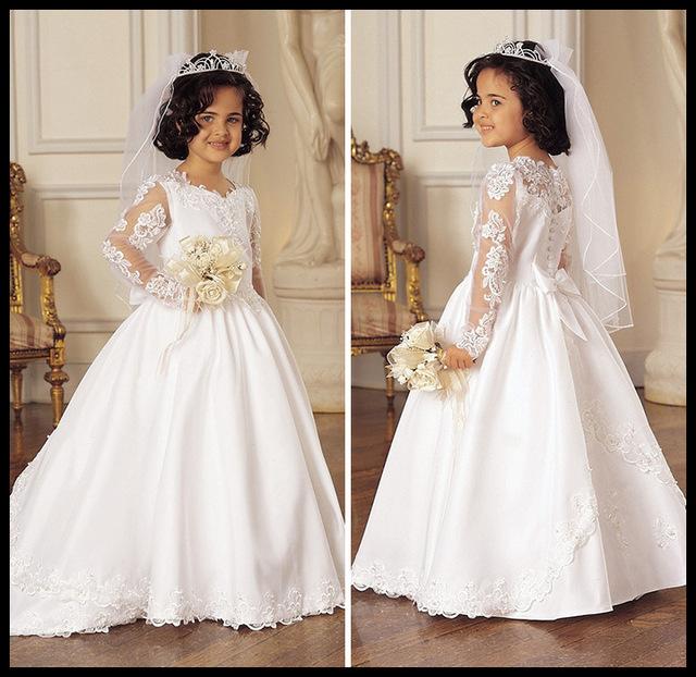 فستان بتصميم حلو جداً بأكمام من التول المطرز بالورود وتاج وطرحة سيمبل تعطي مظهراً كمظهر العروس