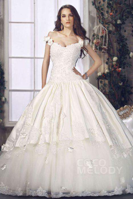 فستان بتصميم حلو جداً مزين بورود على الكتف مع تنورة واسعة منفوشة