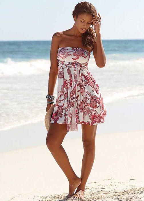 فستان بحر قصير منقوش بنقوشات حمراء