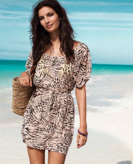 فستان تايجر قصير نصف كم مع شنطة من القش حلوة جداً