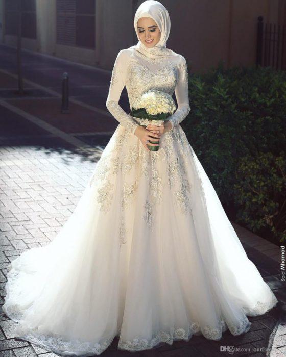 فستان تركي للمحجبات بتصميم جذاب ومزين برسومات سيمبل مع لفة حجاب عصرية جداً وسيمبل