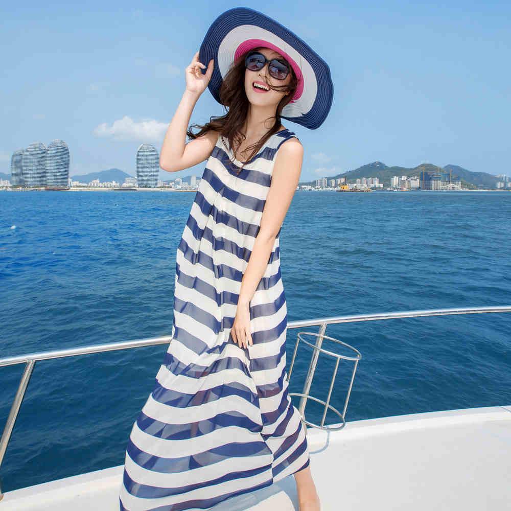 فستان شيفون طويل بخطوط عريضة باللون الابيض والازرق مع قبعة جميلة