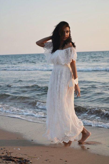 فستان طويل بأكتاف متساقطة باللون الابيض