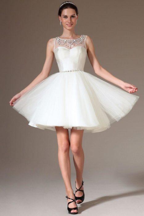 فستان قصير منفوش مرصع بالفصوص على الصدر