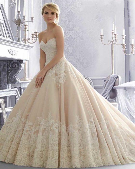 فستان كاب سيمبل باللون البيج الفاتح مناسب جداً للذوق الراقي